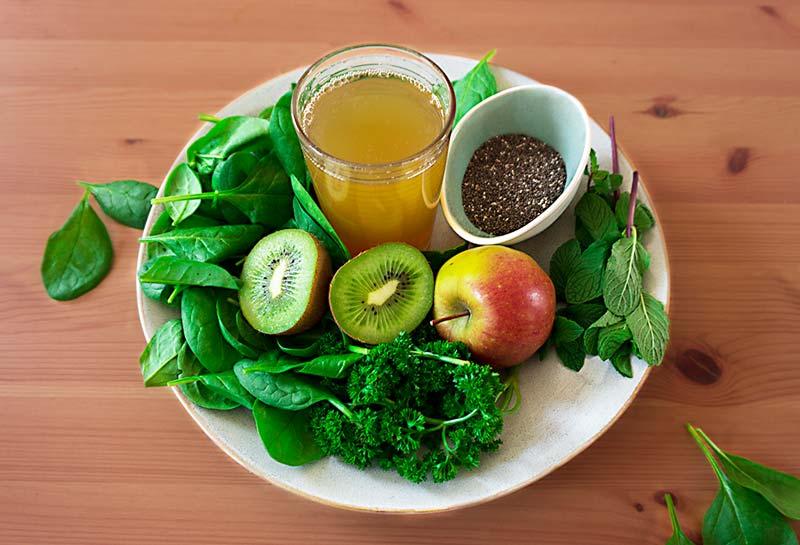 gruener-smoothie-mit-spinat-und-fruechten
