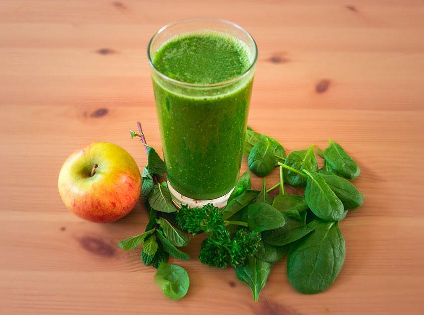 gruener-smoothie-mit-spinat-und-fruechten-zubereitet_2