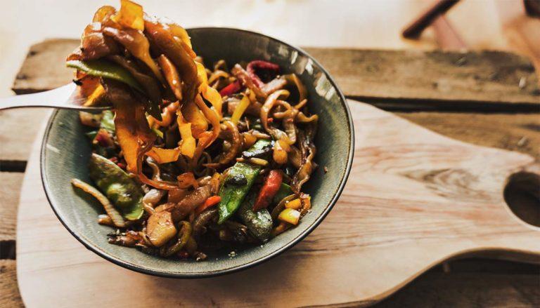 konjak nudel zubereitet mit asiatischem gemüse und soja sauce