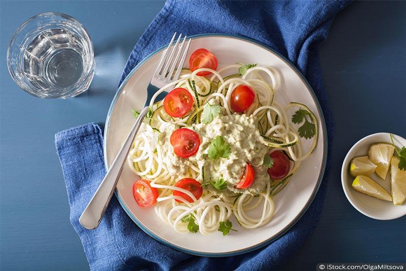 zucchini-nudeln mit avocado-pesto und tomaten