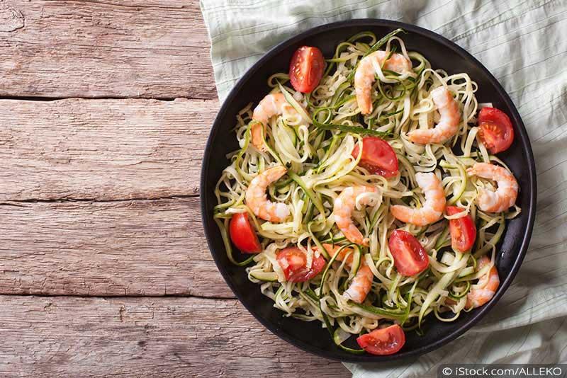 Zucchini Nudeln mit Garnelen und Tomaten