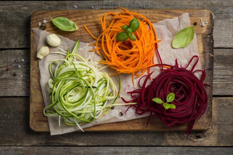 zucchini nudeln, rote bete nudeln und karotten nudeln