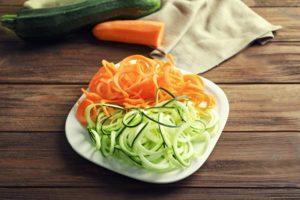 zucchini nudeln und karotten nudeln