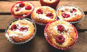 Selbstgemachte Low Carb Muffins mit Himbeeren