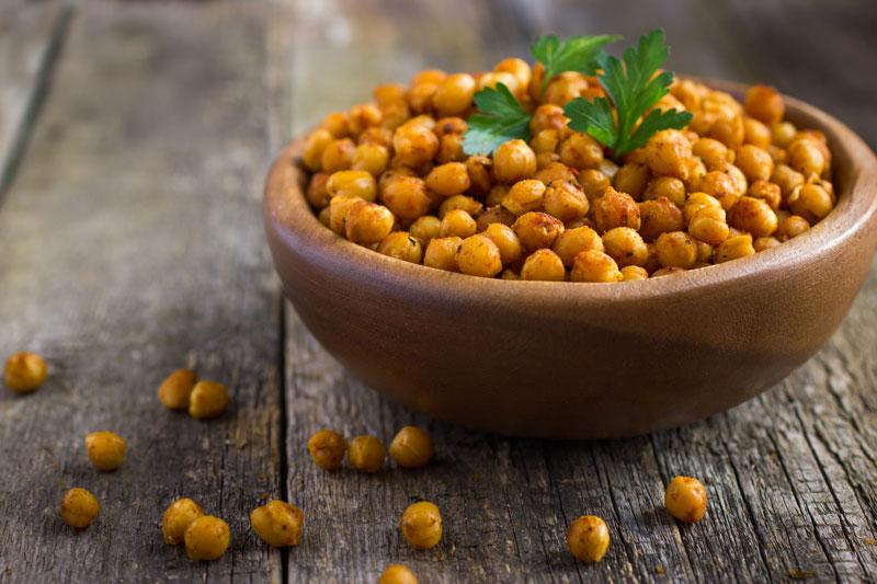 Geröstete Kichererbsen sind proteinhaltige Snacks für abends.