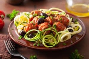 Zucchini Nudeln mit Fleischbällchen