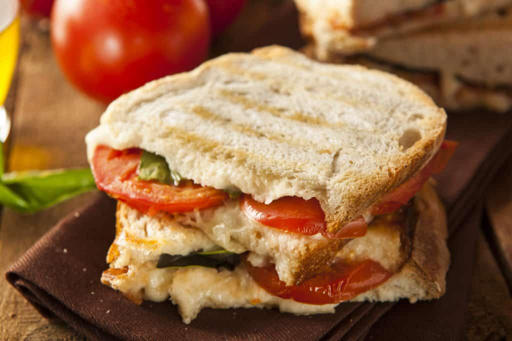 Hausgemachte Panini mit Tomate und Mozzarella