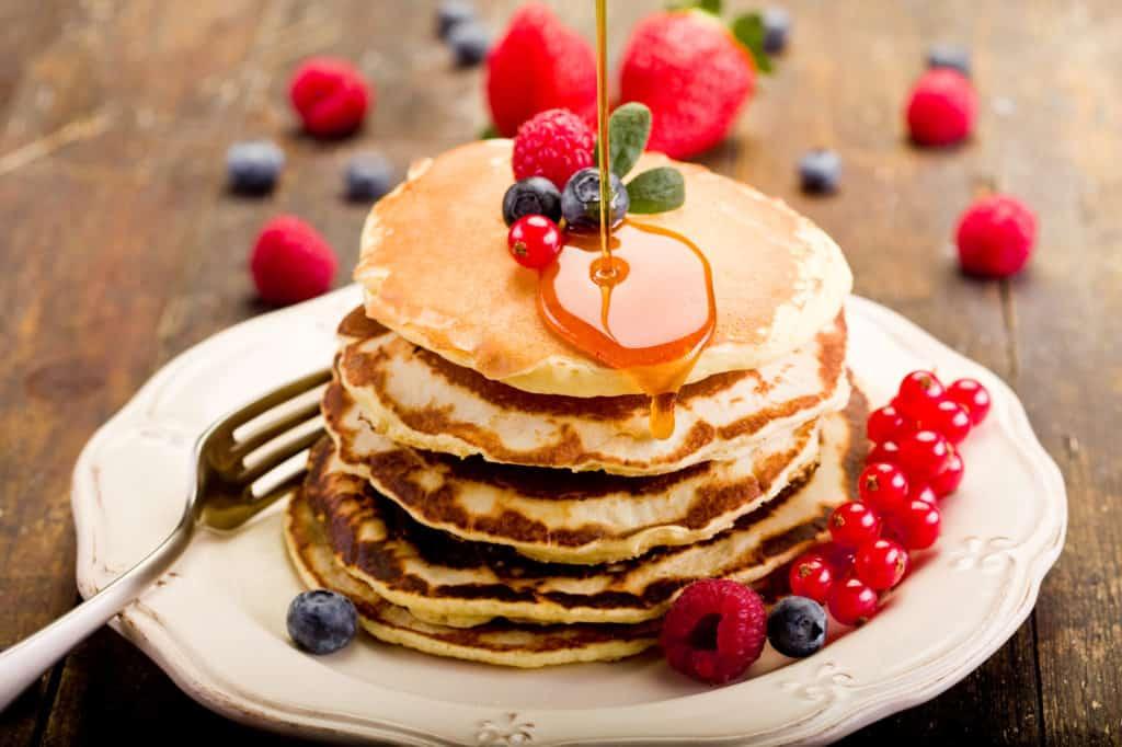 Leckere Pfannkuchen mit Früchten