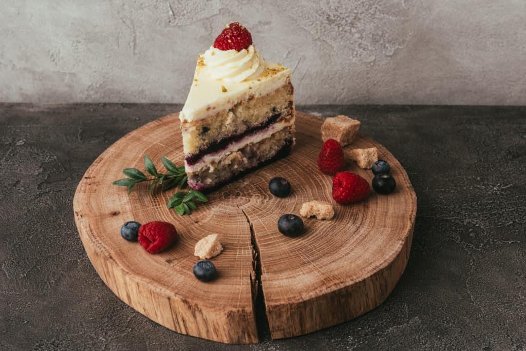 Kuchen mit einem Klecks Schlagsahne.