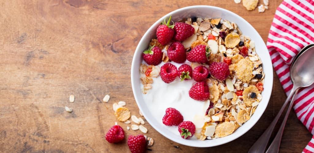 Gesundes Frühstück mit Müsli, Früchten und Skyr.